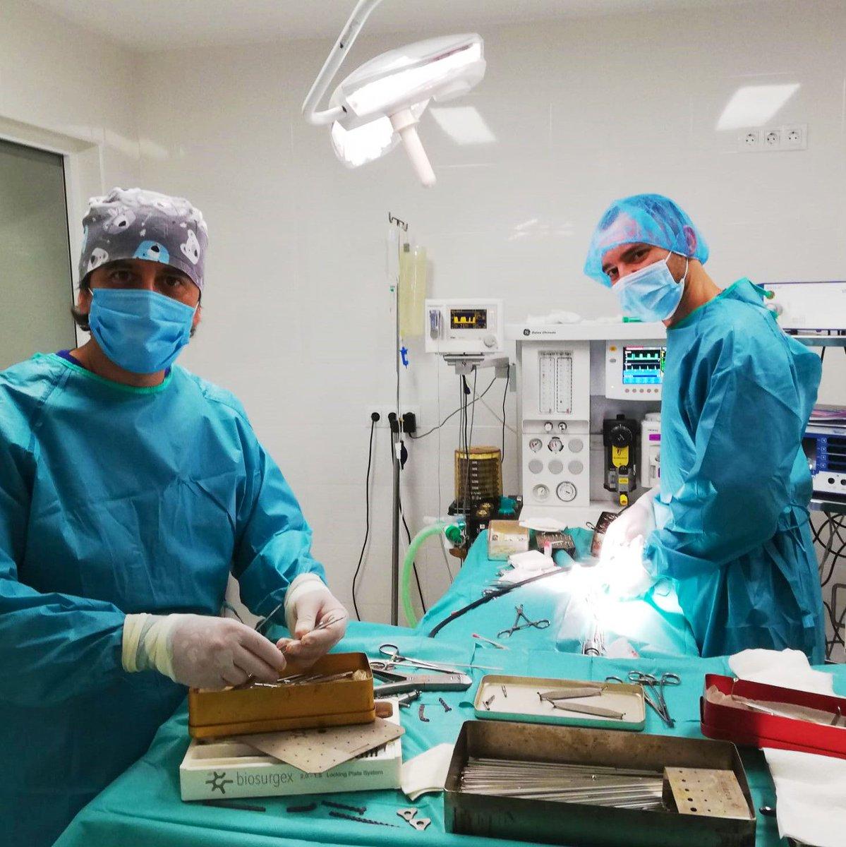 Son más de las 9 de la noche y Dalmiro y Marcos siguen en #quirófano. No importa el día. No importa la hora. Lo que importa es tu #mascota. Y ahí está nuestro equipo de cirujanos preparados para intervenir en el momento preciso. Siempre dando lo mejor de ellos mismos. https://t.co/prRZVccsii