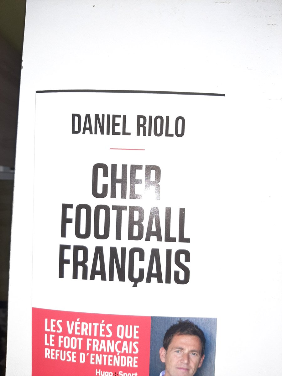 Je viens de rentrer chez moi et que vois-je ? Cher football français de @DanielRiolo est arrivé, je vais donc le lire ce week-end avec plaisir en même temps que Crimes et châtiments de Dostoievski que je vais finir-oui j'ai des goûts éclectiques. https://t.co/5W1TYV4SZR
