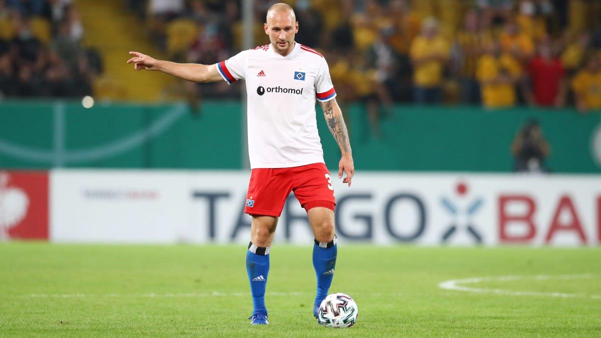 🇩🇪 Toni #Leistner (30) foi punido pela DFB, pela agressão ao torcedor do Dynamo Dresden, com quatro jogos de suspensão (2 pela 2. Bundesliga e 2 pela DFB-Pokal) e multa de 6 mil euros.  Inicialmente, o zagueiro havia sido punido com 5 jogos e 8 mil euros em multa. https://t.co/Fj4ikLWjvN