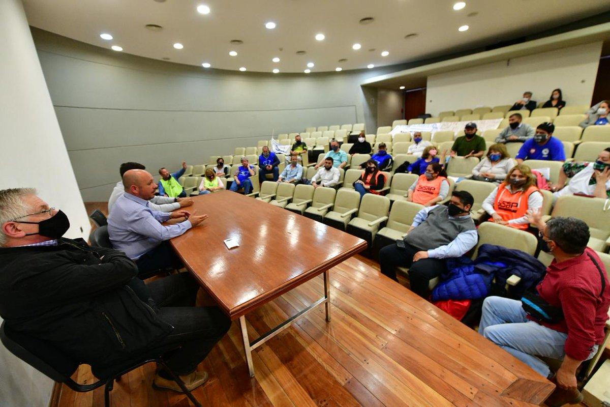 El vicegobernador @ric_sastre se reunió este mediodía en la Legislatura con representantes de los distintos gremios estatales.  Pidieron reunión con todos los diputados para el martes a las 09:00 #Chubut https://t.co/p7MIxJM0RW