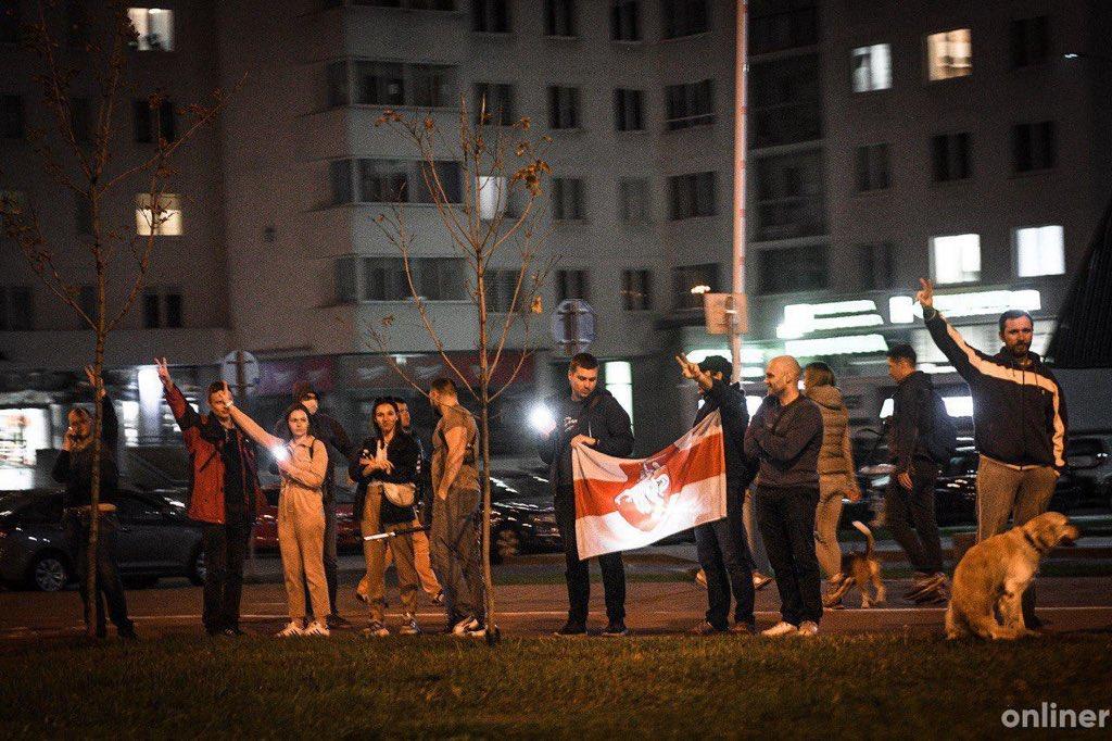 В разных районах Минска люди выстраиваются в цепи солидарности https://t.co/hj5U2DemP7