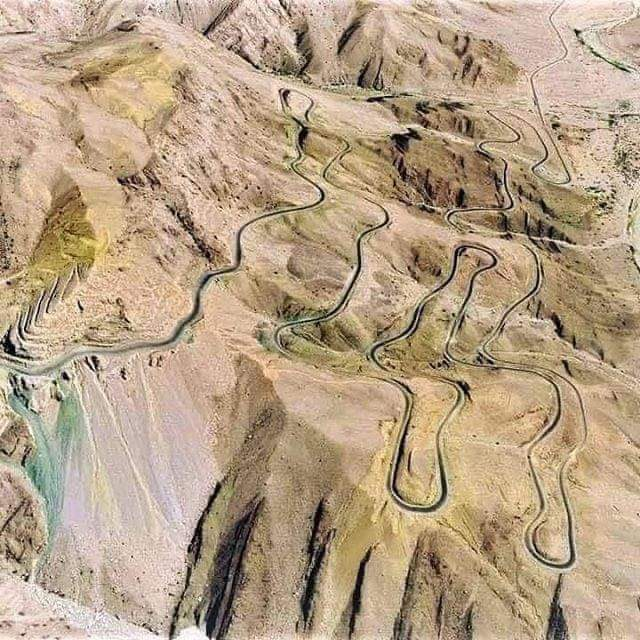 Awesome view of 892-km #Rattodero-Gwadar Motorway #M8 winding its way in Wangu Hills  #CPEC #Gwadar #Balochistan #Pakistan https://t.co/d4XsrviTwh