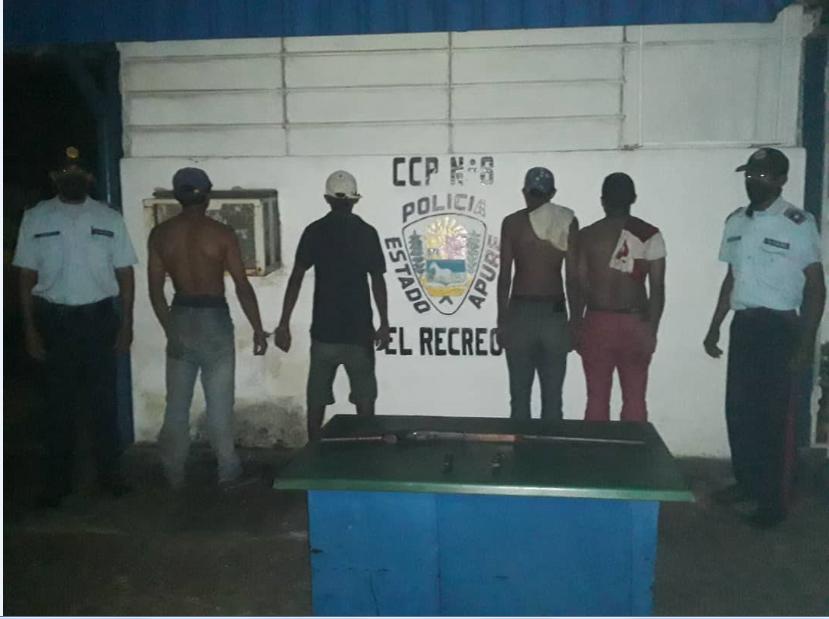 #24Sep || Funcionarios de la Policía del Edo. Apure, realizaron la detención de 03 Cddnos, en flagrancia en una residencia de la Parroquia Arichuna, amenazando con armas de fuego al propietario de la residencia, se les incauto 01 escopeta y 02 cuchillos, a/o M.P. @ZODI_Apure https://t.co/x9YxXZUtHb