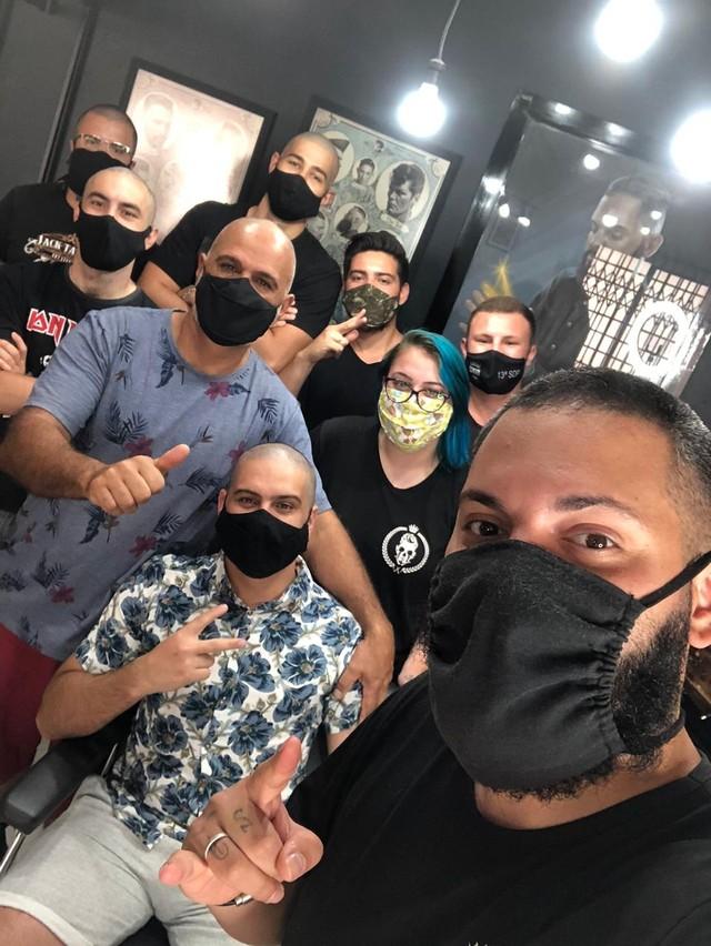 Barbeiros raspam o cabelo para apoiar cliente que descobriu câncer no dia do aniversário https://t.co/Yaw0EC9Eak #G1 https://t.co/t9Spi3igBR