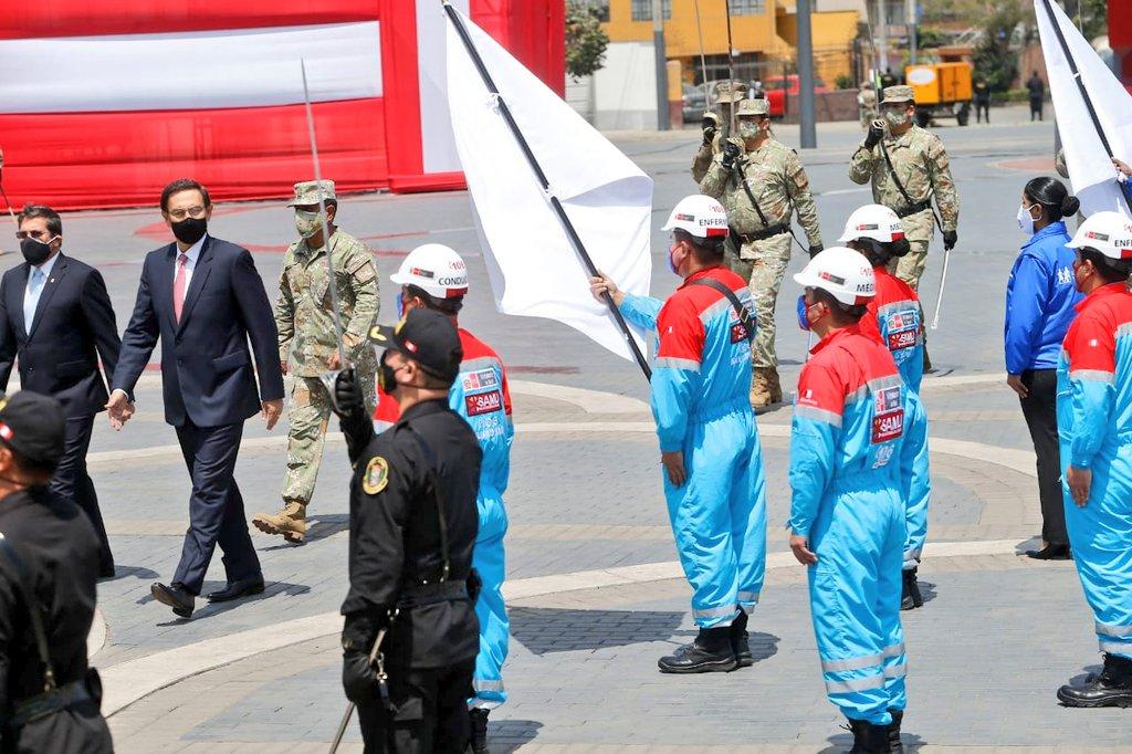 El acto contó con la participación de la escolta del Sistema de Atención Móvil de Urgencia (SAMU), en representación del personal de salud que junto a las Fuerzas Armadas lucha #EnPrimeraLínea contra la #COVID19. https://t.co/DX0s4F0dNf