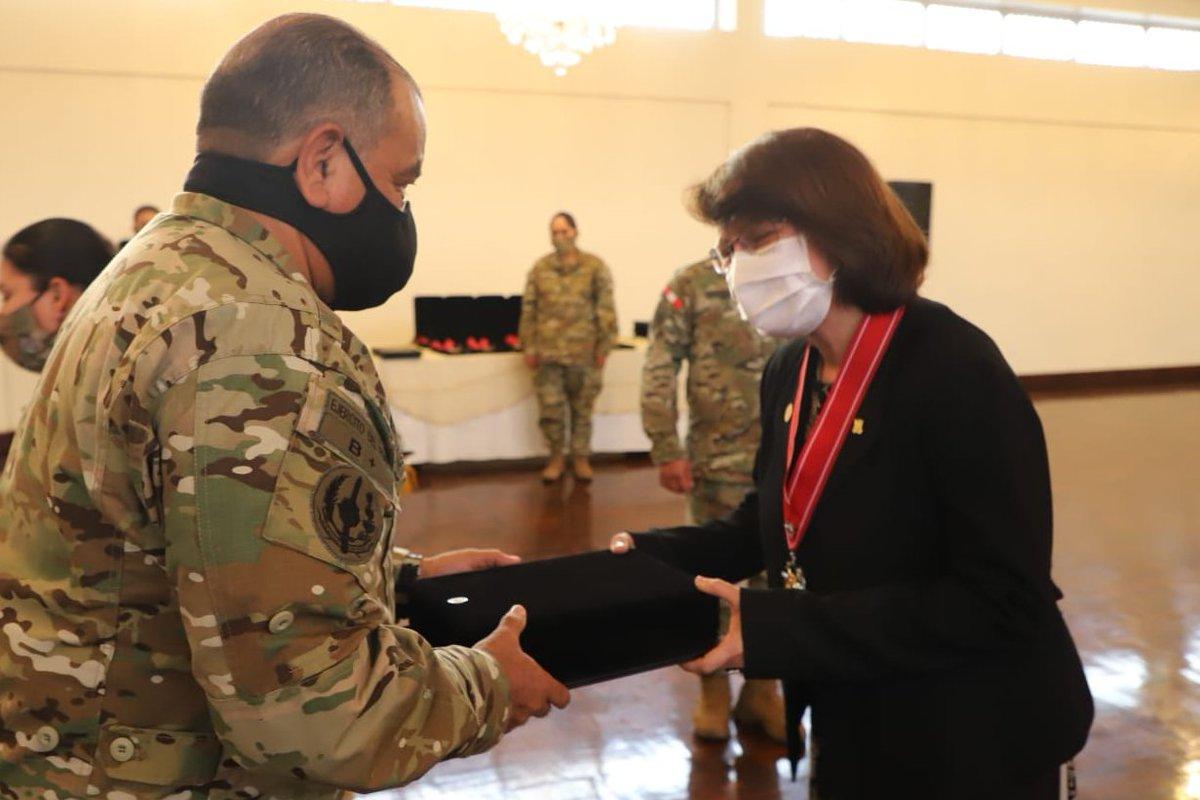 En el marco del Día de las Fuerzas Armadas, la ministra Pilar Mazzetti, así como los viceministros Luis Suárez y Víctor Bocangel, fueron reconocidos por su labor en la lucha contra la pandemia y el desarrollo del país. https://t.co/EtQDYL770M