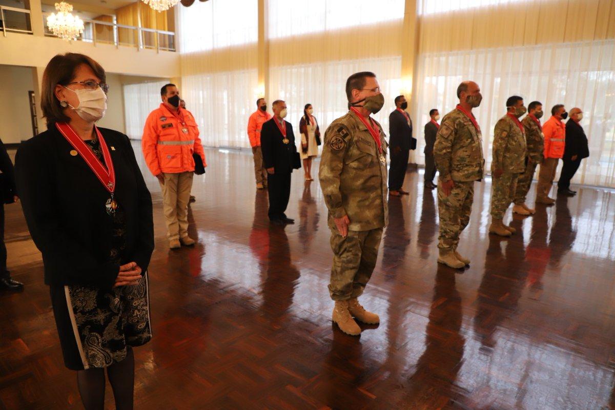 El jefe del @CCFFAA_PERU, César Astudillo, les entregó la Medalla Comando Conjunto de las Fuerzas Armadas Mariscal Eloy Ureta Montehermoso en el grado de Cruz. https://t.co/DvovqYuba4