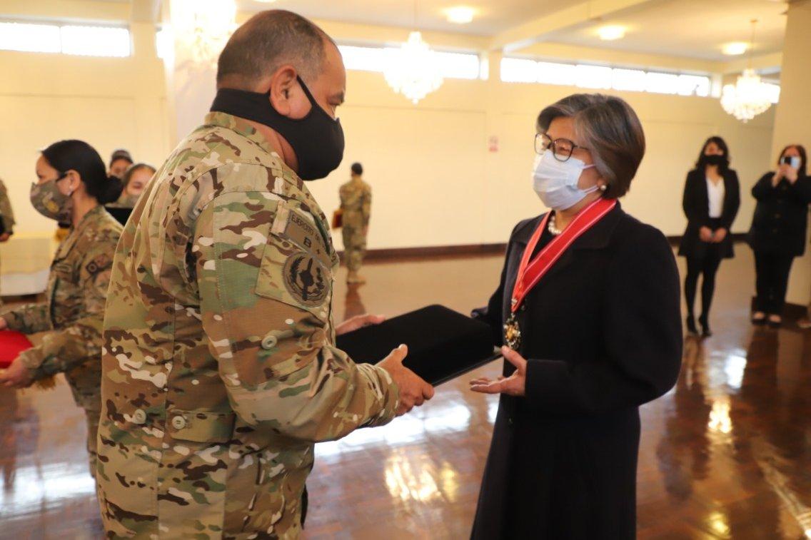 La exviceministra Nancy Zerpa, el doctor Martín Yagui, y la asesora del Minsa Lissete Ortega, también fueron distinguidos por las Fuerzas Armadas. https://t.co/RZD09m24ys
