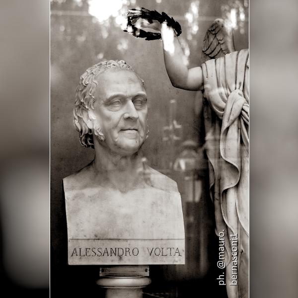 🇮🇹 CAMNAGO VOLTA (Como). Tomba di Alessandro Volta ... My photographs in: https://t.co/hAkjQWHAwd + https://t.co/OLY3bspNyz + https://t.co/azHPsTlg4a #Como #LakeComo #ComoLake #LagoDiComo #Lario #InLombardia #photography #photo #photographer #blackandwhitephotography #sepiatone https://t.co/qkJftjyrXd