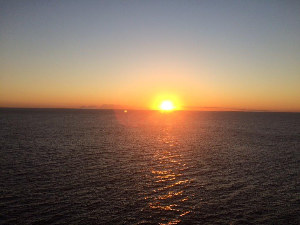 Beautiful sunrise #HelloWorld #orangesky #ocean #Pacific #Sydney https://t.co/Vzw0GXHf7t