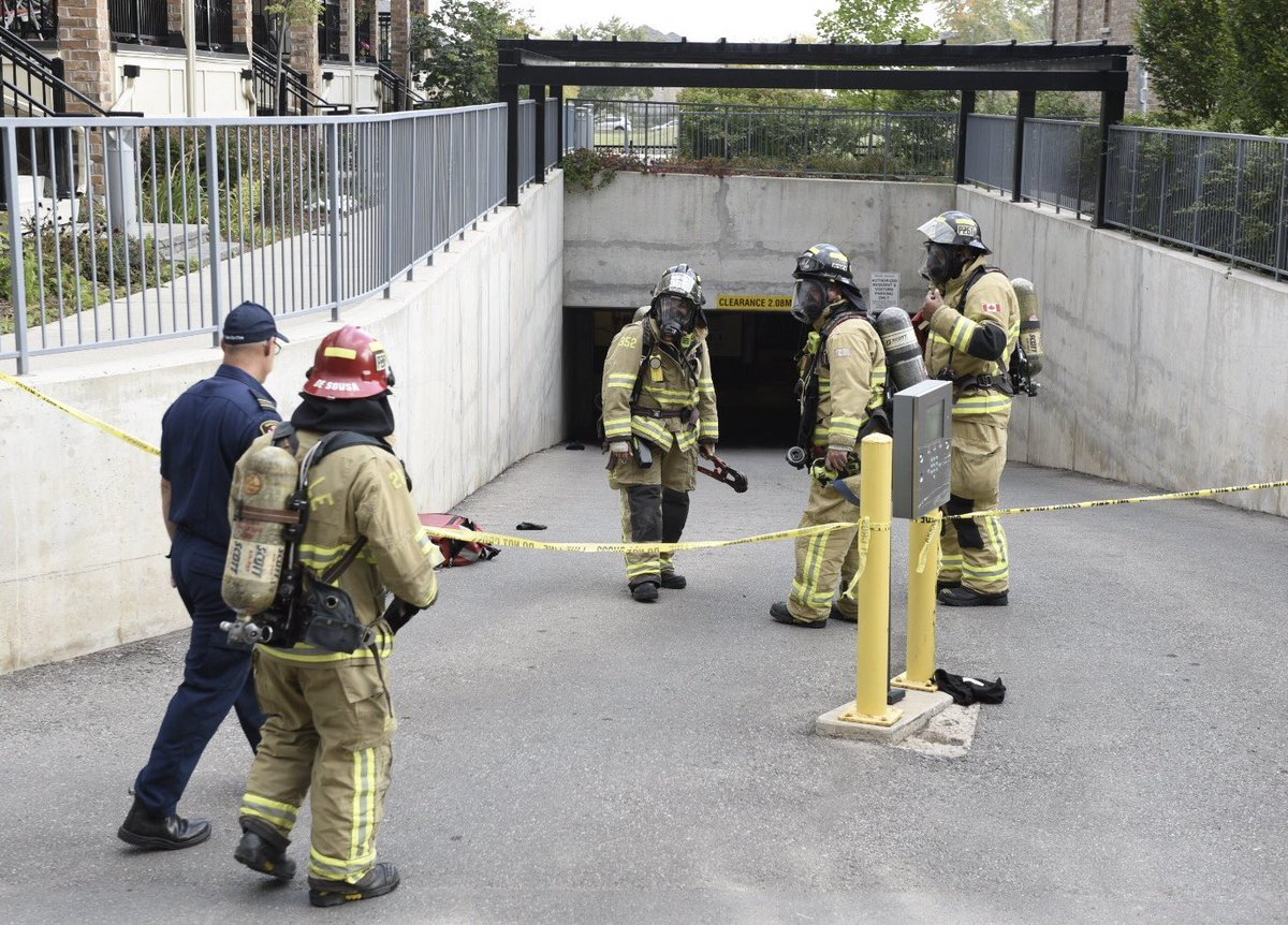 UPDATE: @oakvillefire con't to ventilate twnhouse complex underground garage 4-5 workers overcome by suspected carbon monoxide fumes while power washing- initial CO readings of over 1200 ppm, 2 workers to hospital - @HRPSOak awaiting arrival @ONTatwork . @paulmilton28 https://t.co/tV1kxxhz3K
