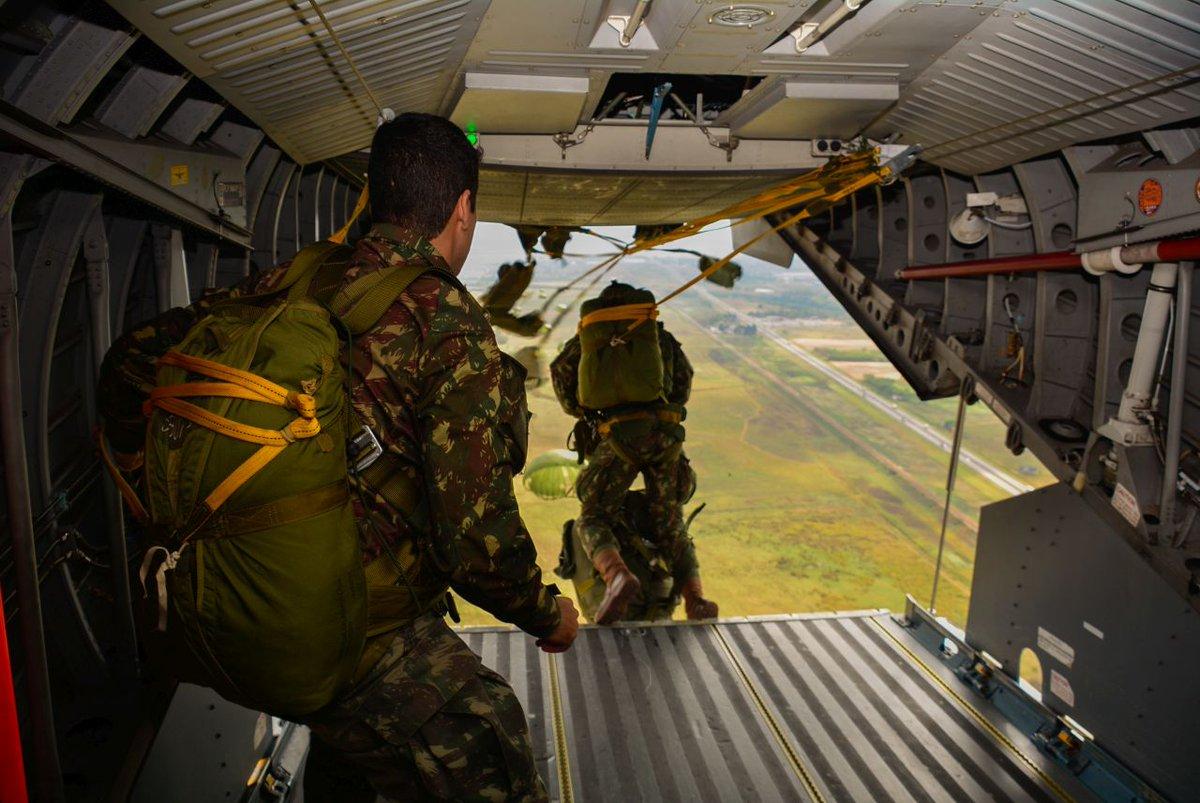 Paraquedistas estabelecem cabeça de ponte durante adestramento para exercício militar nos Estados Unidos https://t.co/6olUBumcGV #BraçoForte #MãoAmiga https://t.co/gS1rYNttDP
