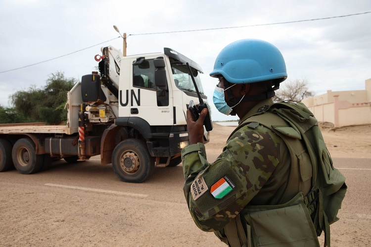 At this difficult juncture, @UN_MINUSMA continues to provide critical support to communities in Mali 🇲🇱.    Ivorian Blue Helmets 🇨🇮 secured the transport of two large-capacity generators to a local power station in Timbuktu, bringing electricity to 700 civilians. #A4P #UNGA https://t.co/O4qcSb5PIA