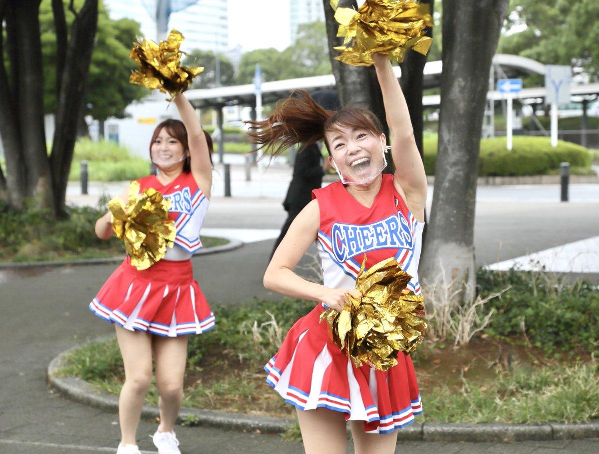 【やると決めたらやる】 #朝チア のため、桜木町へ…  微妙に小雨。みんな傘さしてる。 やる?やらない??  や る!!  悲壮感漂うのでは?  ノンノン☝️ 私たちのマインドが 弱気だとそうなる。  ここだけ晴れてまっせ! ぐらいの勢いと笑顔が大事✨  写真見たらわかるよね😊  えいやー!  #朝応援 https://t.co/vGRzVWdrNU