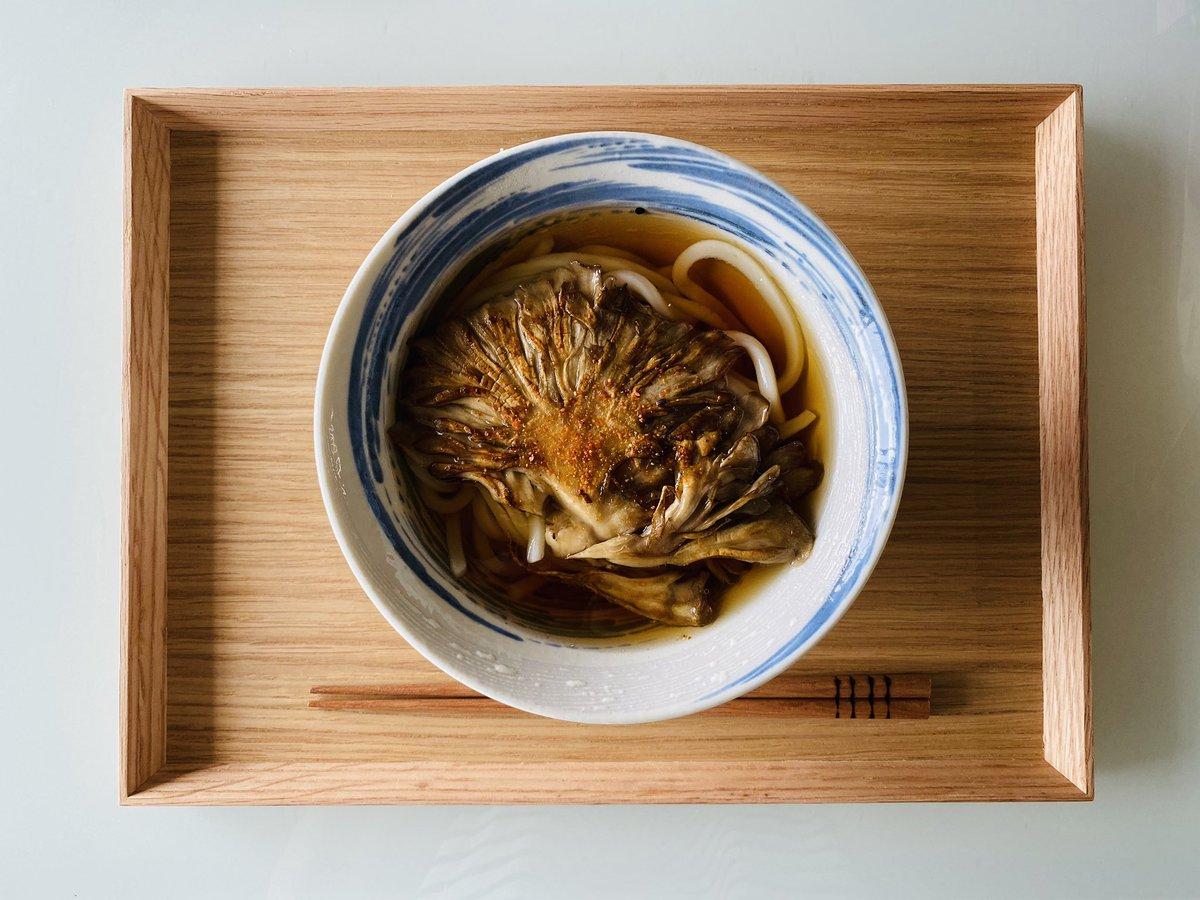 今日の昼食☺︎舞茸ステーキうどん有賀薫さんのスープレシピにうどんを入れてみました。ずっと作ってみたくてやっと念願成就🙏麺を入れずスープとおにぎりでもきっと美味しい🍙#おうちごはん #Twitter家庭料理部