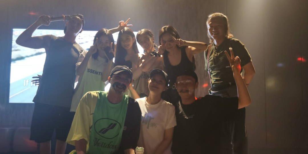 #หยางมี่ กับทีมนักแสดงซีรีส์ #NovolandPearlEclipse ตอนงานวันเกิดค่ะ พระเอกของเรื่องอยู่ซ้ายสุดนะคะ🤣 อยู่ด้วยกันมา 5 เดือนดูอบอุ่น น่ารักทุกเลย ♥️ #Yangmi #杨幂 https://t.co/48cJrjR4ws