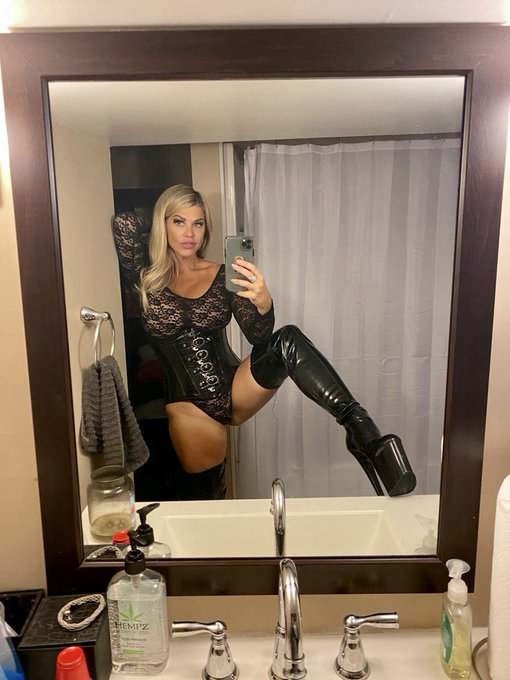 Feeling the thigh high boots tonight 🖤 side note ... I totally need a full length mirror for my dungeon