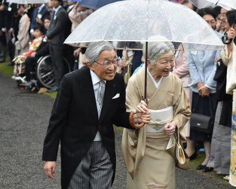 平成最後の園遊会で撮影された時の写真なんだけど天皇陛下の右肩がずぶ濡れなのまじでイケメンすぎる…