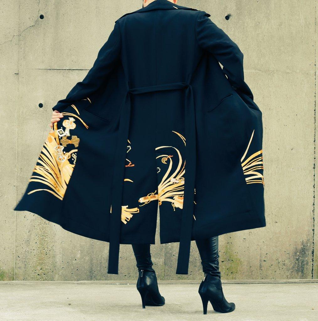 黒留袖から衿付きロングコートへのリクチュール。総裏のシルクのコート。古着物からだからこそできる価格と品質です。モデル158cm。