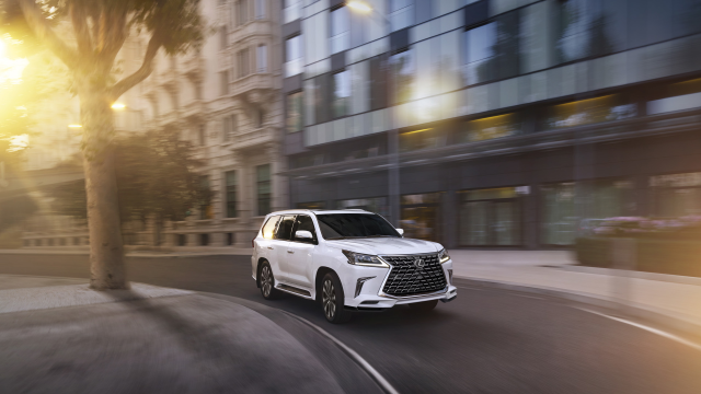 Whether on rocky country roads or bustling city streets, the #Lexus LX 570 conquers varied terrain in comfort. https://t.co/LAOFOohEJ4 https://t.co/YCBUbcBHBZ