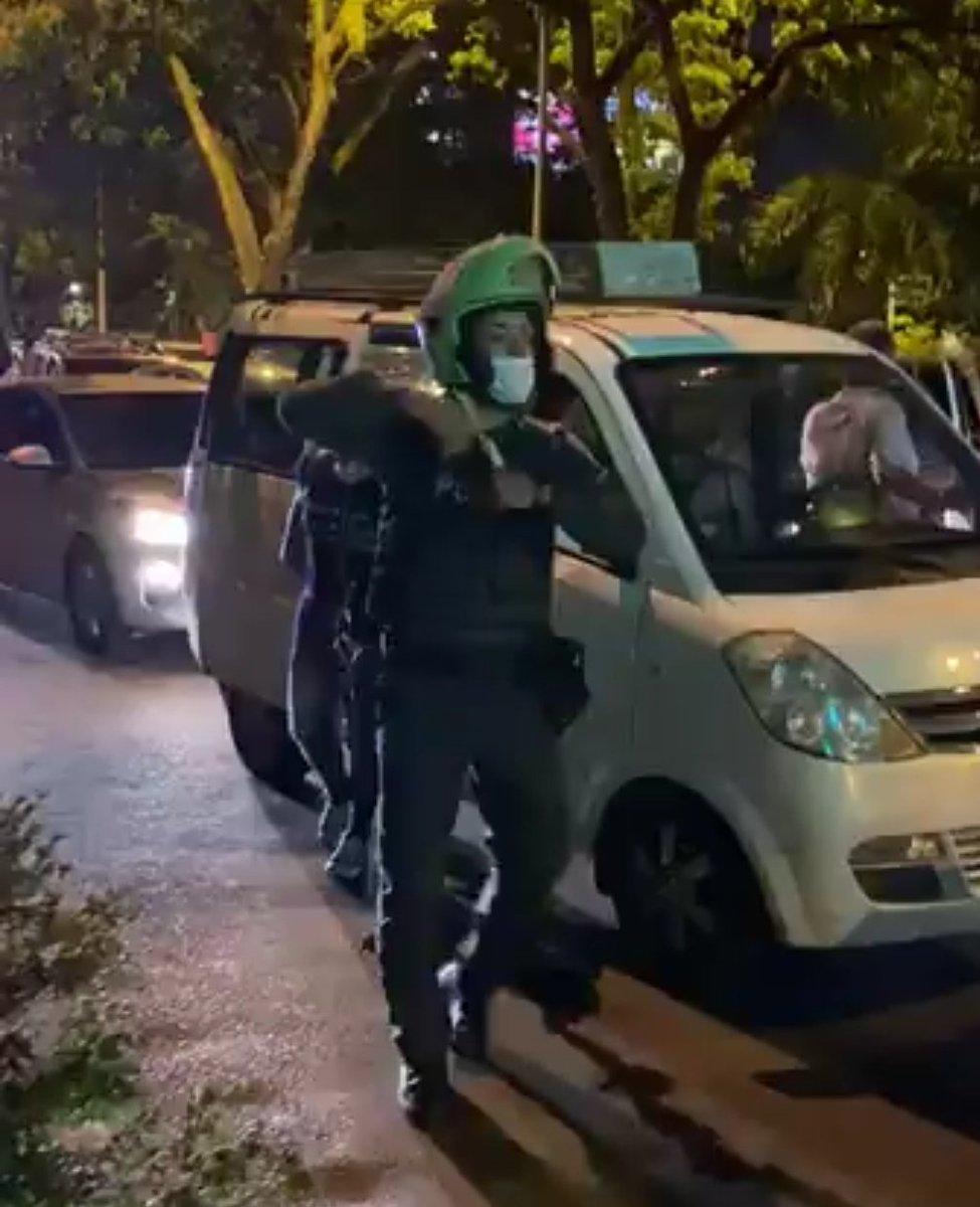 #ATENCION  Manifestantes que exigen renuncia de Ministro de Defensa y protestan contra el asesinato de Juliana Giraldo a manos del ejército, son reprimidos en #Cali frente al Batallón Pichinch, un policía dispara a manifestantes y ESMAD reprime en Popayán.  #NosEstánMasacrando https://t.co/UkQd53tGuZ