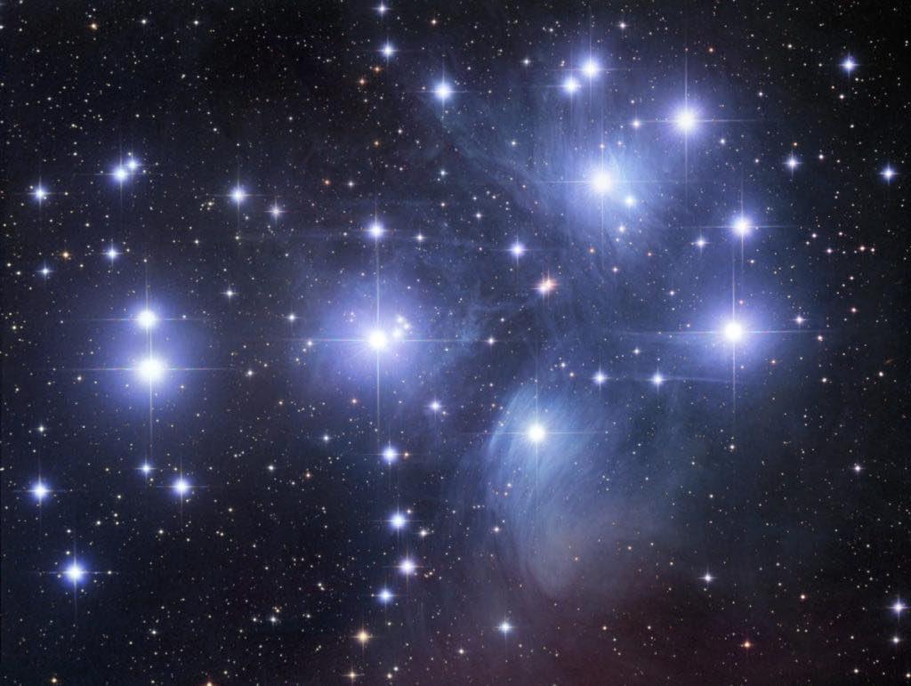 Cúmulo estelar Un cúmulo estelar es un conjunto estrellas que se mantienen allí suspendidas por la acción gravitatoria que cada una posee, estas se agrupan formando bultos de diversas formas bien sea elipticas, redondeadas e irregulares conformando asi los cúmulos estelares. https://t.co/yT4jsL925s