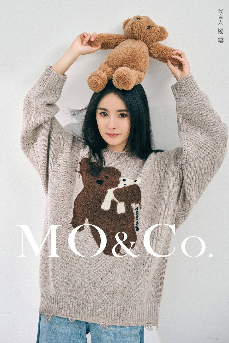 "200925 MO&Co. อัพเดตเว่ยป๋อกับคอนเซ็ปต์  ""HUG ME Bear Hug"" เปิดโลกแห่งสีสันของหมีด้วยชุด Teddy Club  ตู้เสื้อผ้าฤดูหนาวของสาวเท่ 🧡  ถ้าไม่อยากกอดหมีขอกอดต้ามี่แทนได้มั้ยคะ 🐝🧸🤣 #หยางมี่ #YangMi #杨幂 https://t.co/5U35S3wewJ"