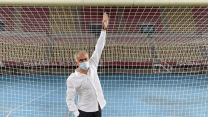 José Mourinho, entrenador del Tottenham, denunció que en el partido ante Shkendija por los Play-Off de la Europa League, los de Macedonia achicaron el travesaño de su arco 5 centímetros previo al encuentro. https://t.co/41tutp8IsD