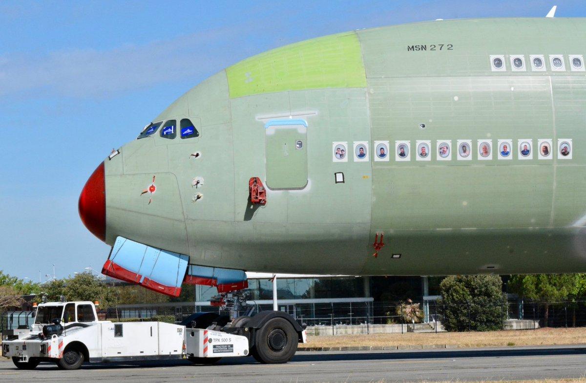 Le dernier #A380 de série MSN 272 est sorti des chaines d'assemblage d'#Airbus Il est destiné à la compagnie #Emirates 🇦🇪 qui le recevra probablement l'année prochaine 🇪🇺  📸 Julie Kitcher https://t.co/Fk5Z2SoZBL