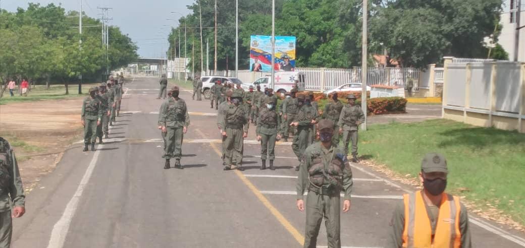 En el marco del #XVAniversario de @Libertad020 y en cumplimiento del Ejercicio #EscudoBolivariano4taFase en la @BAMENDEZ_AMB se realizó Marcha Administrativa en compañía del #GrupoAéreoDeOperacionesEspecialesN°17 y el #EscuadrónDePolicíaAérea ⏩ https://t.co/N8EVPZqVZB