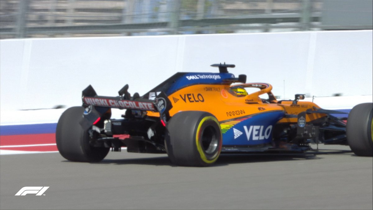 YELLOW FLAG  Carlos Sainz hits the wall at Turn 7, causing damage to his rear wing  We're under a yellow flag as some debris is cleared from the track  #RussianGP 🇷🇺 #F1 https://t.co/HhoUR2UWwj
