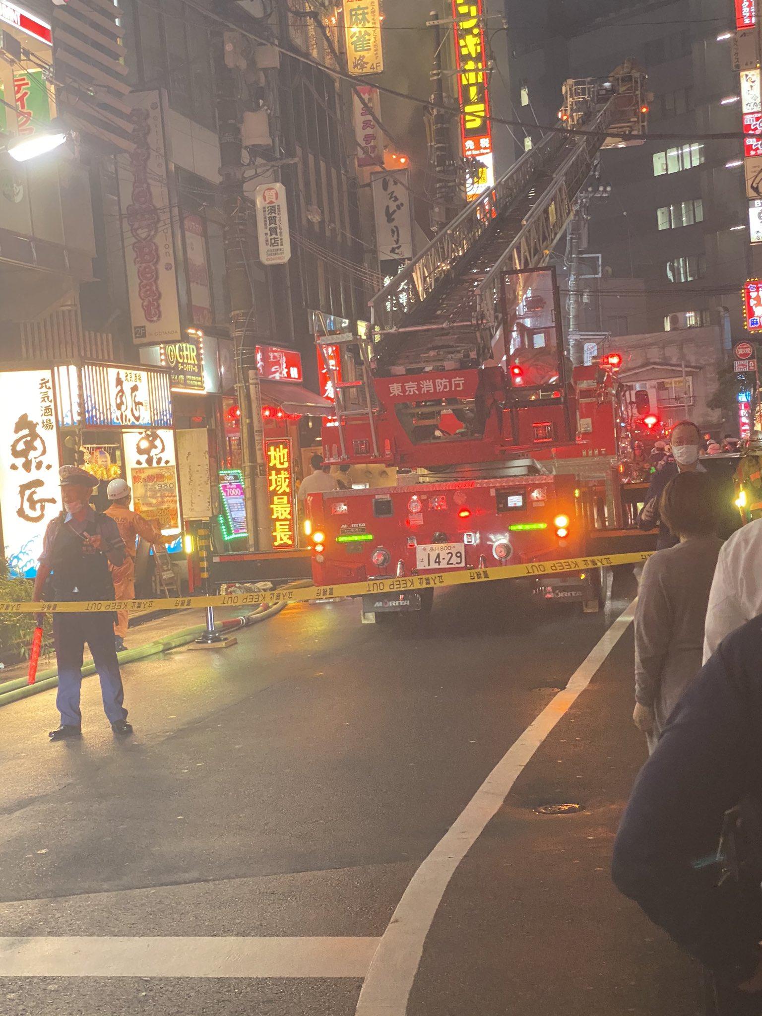 五反田駅付近のビルで火事が起き消火活動している画像