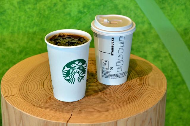 【発表】スタバ、アイスドリンクの一部を紙カップに変更へ冷たい飲料を紙カップに入れると、結露ができて軟らかくなる課題があったが、内外両面にラミネート加工をして解決したという。