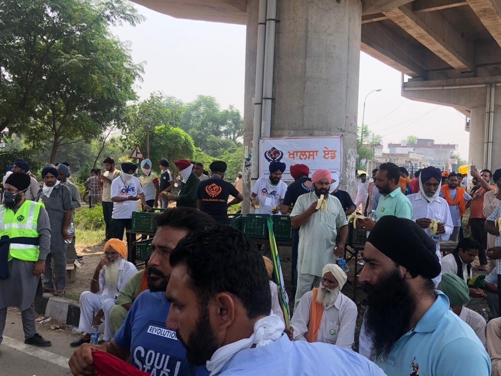 Our @khalsaaid_india team and volunteers serving Langar to the protesting farmers in : Mansa,Jalandhar,NABHA,Barnala & Shambu ! 🙏🏻🙏🏻👏🏼👏🏼