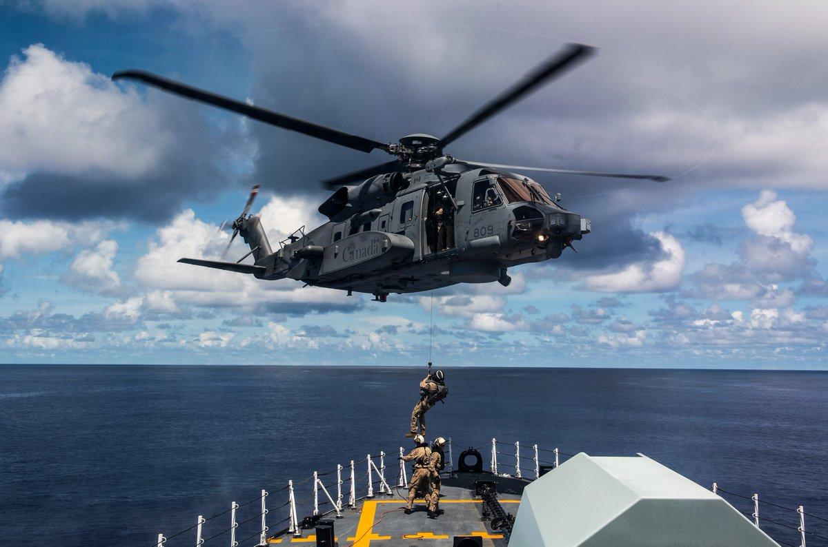 Des membres de l'#ARC effectuent un transfert sur le pont gaillard du navire avec un hélicoptère CH-148 à bord du #NCSMWinnipeg au cours de l'#OpPROJECTIONNEON, le 23 septembre 2020.   Photo: Mat 1 Valerie LeClair https://t.co/bJ3Drz91DU