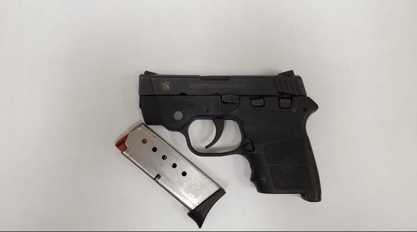 Another Great Job by your Housing Officers in #Brooklyn who Safely removed this illegal gun from a male arguing with a female on the street. Thanks to the concerned New Yorker who understands keeping NYC safe is a #Sharedresponsibility & helped us do just that by calling 911. https://t.co/Z90nhWutrD