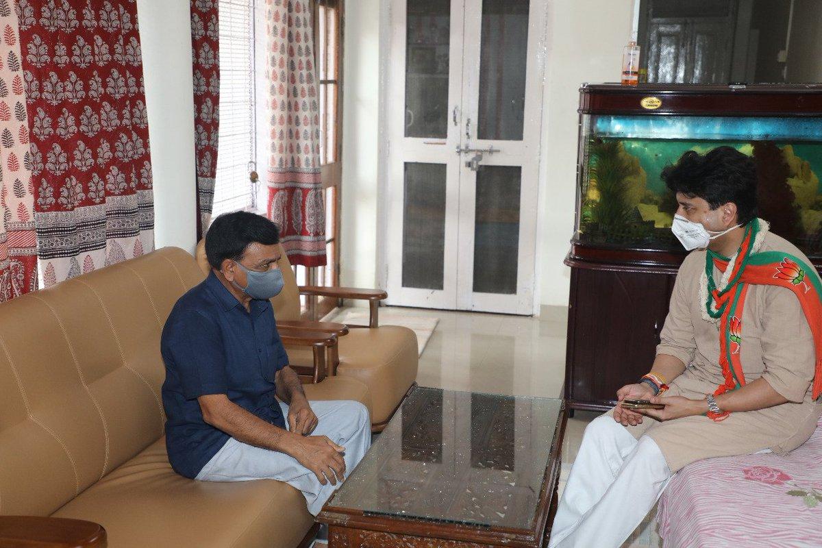 राज्यसभा सांसद एवं वरिष्ठ नेता श्री @JM_Scindia जी का आज निवास पर आगमन हुआ। आपने स्वास्थ्य को लेकर कुशलक्षेम जानी, साथ ही आत्मीय चर्चा हुई। @BJP4India @BJP4MP @JansamparkMP https://t.co/kTfv1wXvan