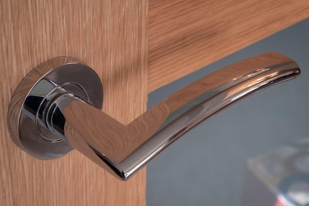 Is it a just door handle, or the opening of your dreams?!  #FridayFeeling #ShowHome #Phase1sold #newbuild #unique #property #foreverhome #TheHawthorn #luxury #SouthSideRidge #Leeds #Pudsey #1plotremaining #justoneleft https://t.co/b7CVZJPD1z