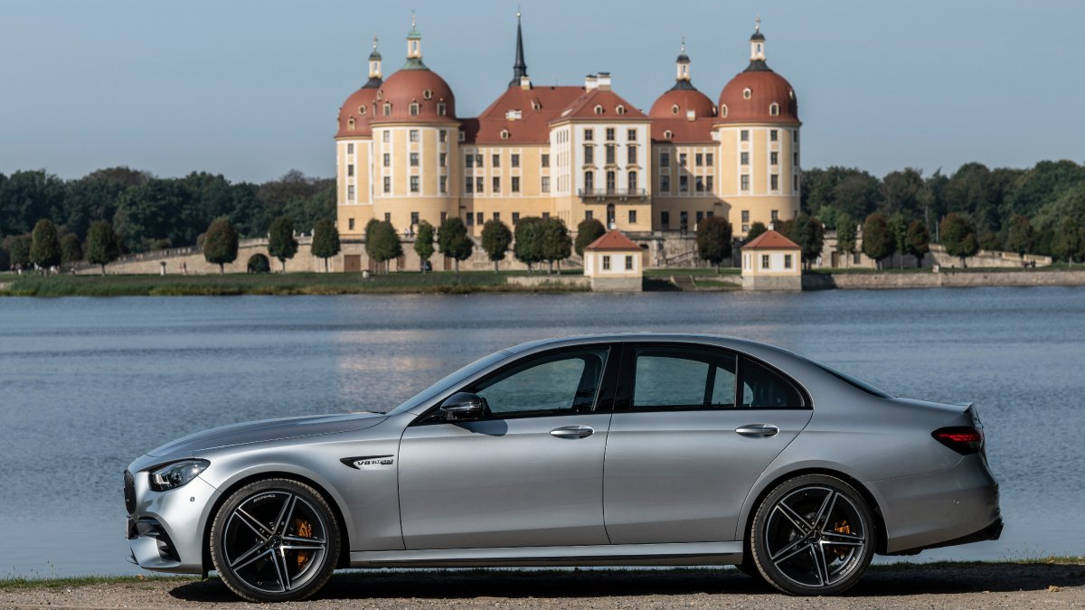 Significantly upgraded #MercedesAMG #EClass model family makes its debut. The comprehensive update applied to the latest generation encompasses the Saloon, Estate, Coupé and Cabriolet models with six- and eight-cylinder engines. Read more here: https://t.co/ogUcJaipew https://t.co/UaQ6Lx4xBg