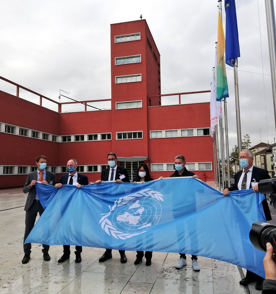 If finally happened! Starting today, the #UN flag will be waving in front of @EURAC, marking the first @UNUEHS duty station in #Italy!  Extremely proud of being part of the #GLOMOS team and working for #mountain #safeguard, because #MountainsMatter! https://t.co/CBbmwNbhwc