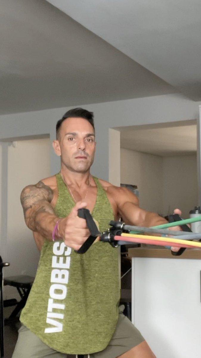 Entrenamiento en casa siempre con @VITOBEST 💪🌈 #gym #nutrition #personaltrainer https://t.co/WQsoVH6Hsq