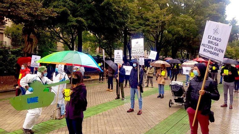 Colectivos y sindicatos protestan ante el Parlamento de Navarra contra la militarización de la lucha contra el covid19 https://t.co/iyBFE29AvN