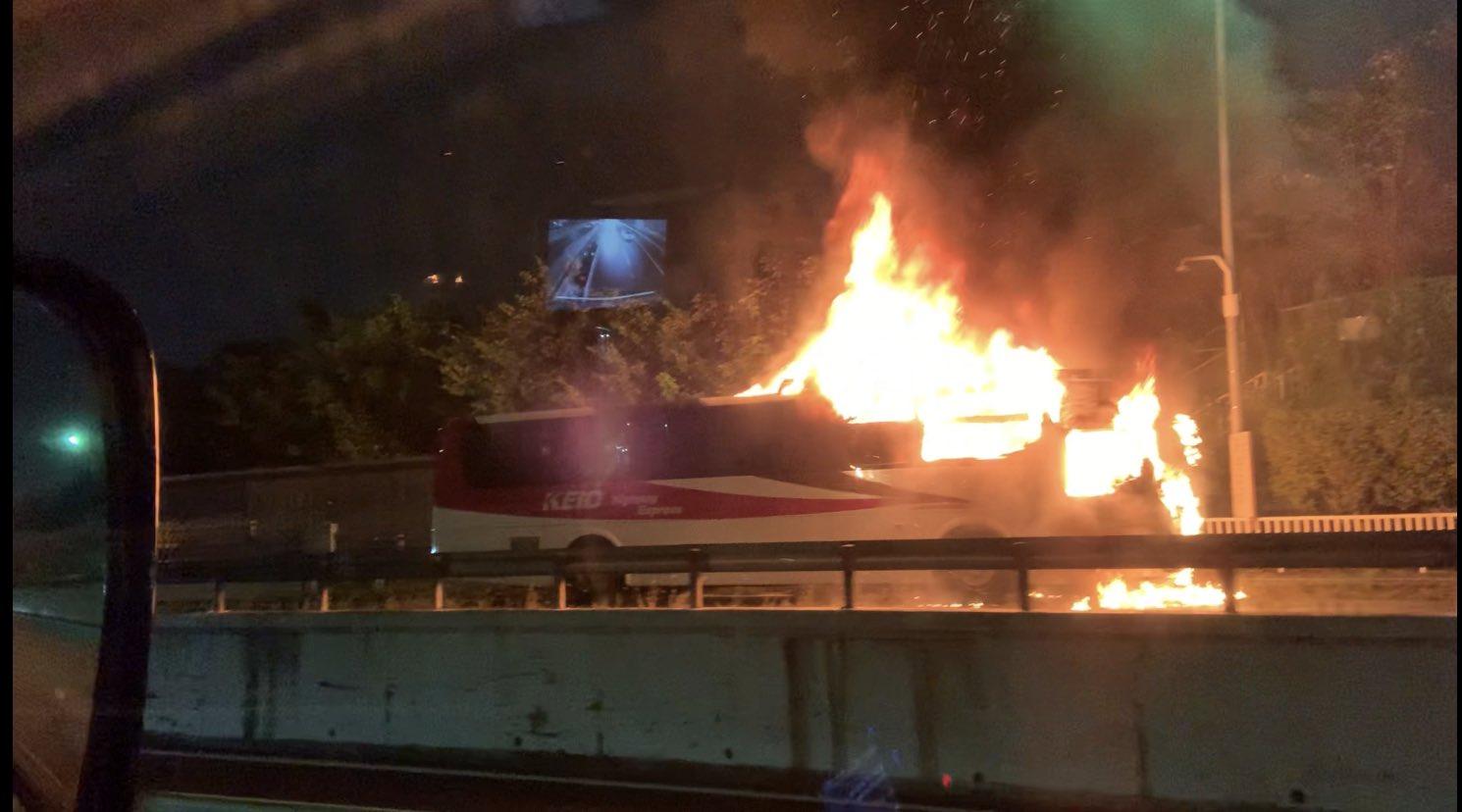 中央道の深大寺バス停の車両火災の現場画像