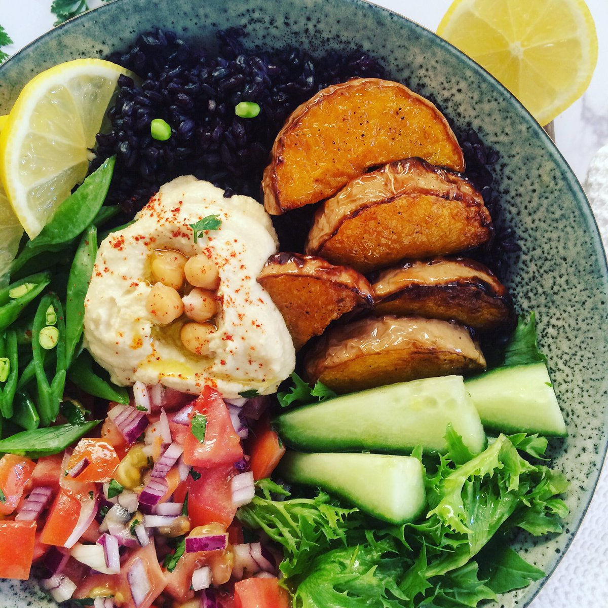 Black rice, baked butternut, salsa, spinach and lettuce, sugar snap peas, cucumber with a dollop of homemade hummus.  Happy Friday🌸  #glutenfree #vegan #FetchYourBody2020 https://t.co/VA9XnFTzZg