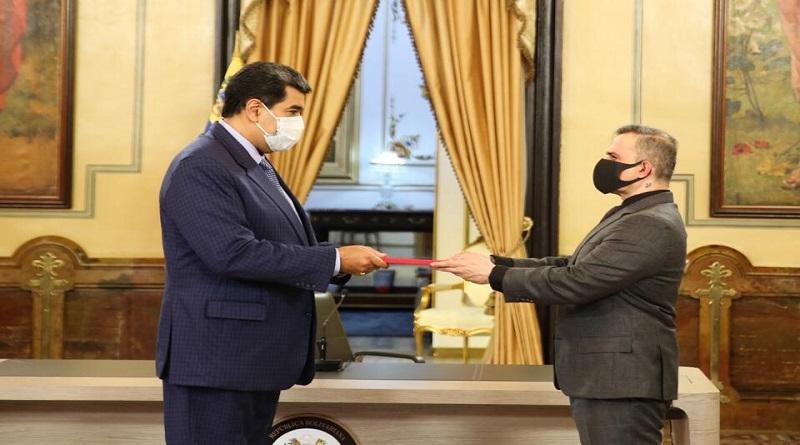 """Presidente Maduro recibe informe La Verdad de Venezuela que refuta infamias publicadas por """"expertos"""" pinochetistas del Cártel de Lima  #VenezuelaGarantíaDeDDHH  https://t.co/lASmqFaXt8 https://t.co/bu4NnSceCX"""