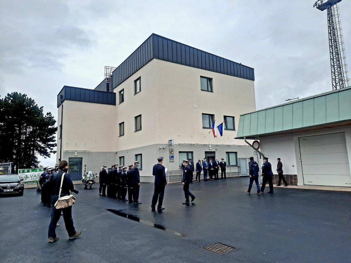 Dálniční policisté v Brně-Chrlicích a v Podivíně mají nové služebny. Nahradily původní provizorní budovy, které využívali při stavbě dálnice silničáři. Dlouhodobě policii nevyhovovaly. Výstavba obou objektů stála asi 100 mil. Kč a trvala rok. #policie #dalnice https://t.co/Fqj4W07fZE