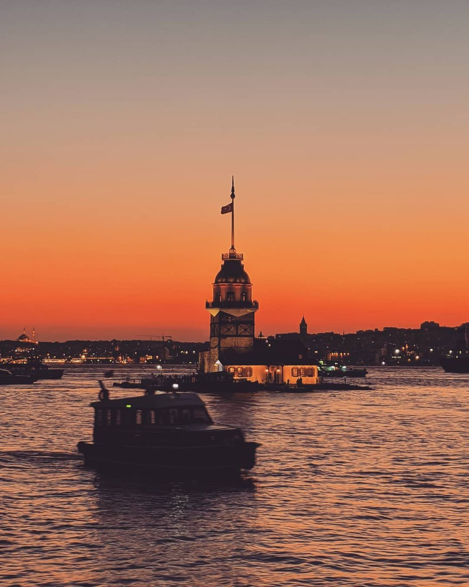Friday, is that you? 😍    📸:IG: hmtgzn   #oneistanbul #istanbul #city #travel #istanbultrip #historical #weekend #tgif #sunsetshades #orangesky #sea #sunset #maidenstower https://t.co/1oRGPqtK2X