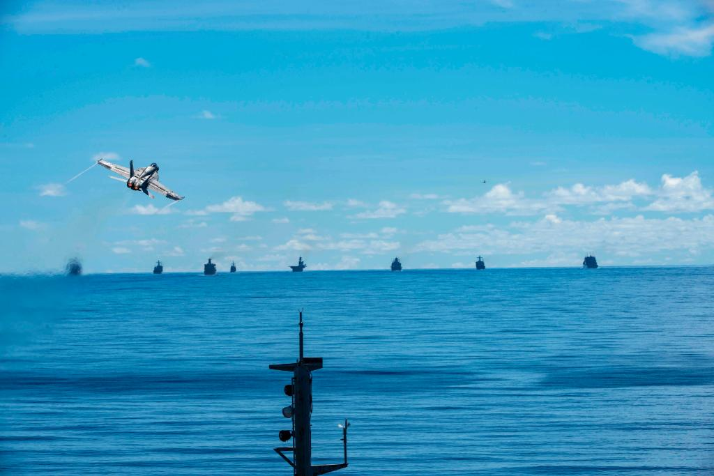We Sail Together We Train Together 🇺🇸 #USNavy ships from the Ronald Reagan Carrier Strike Group sail in formation while a #P8A Poseidon, F/A-18 #Growlers and #SuperHornets, and a @usairforce B1B Lancer and F-22 Raptors cap off exercise #ValiantShield 2020.