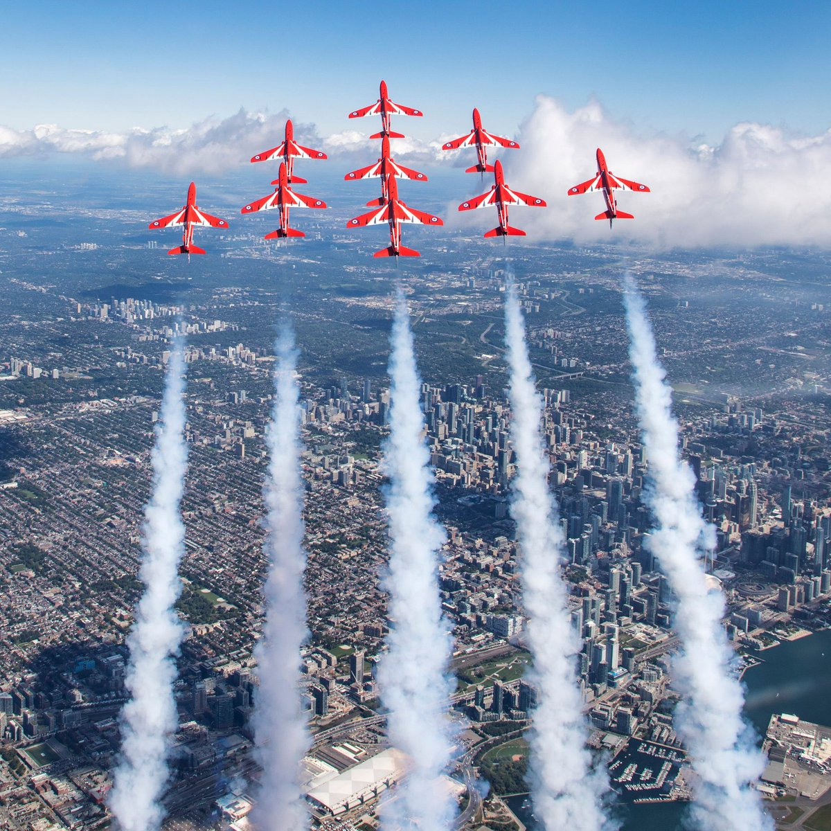 Less than an hour to go until Reds 1 and 10 share their experiences of these amazing moments in #Canada last year and many more #RedArrowsTour highlights. The special #55Parallels Event is at 1200 EST / 1700 BST (UK time) and is a live stream on https://t.co/CWfr053AjP 🇬🇧🇨🇦 https://t.co/dypjWbXwU3
