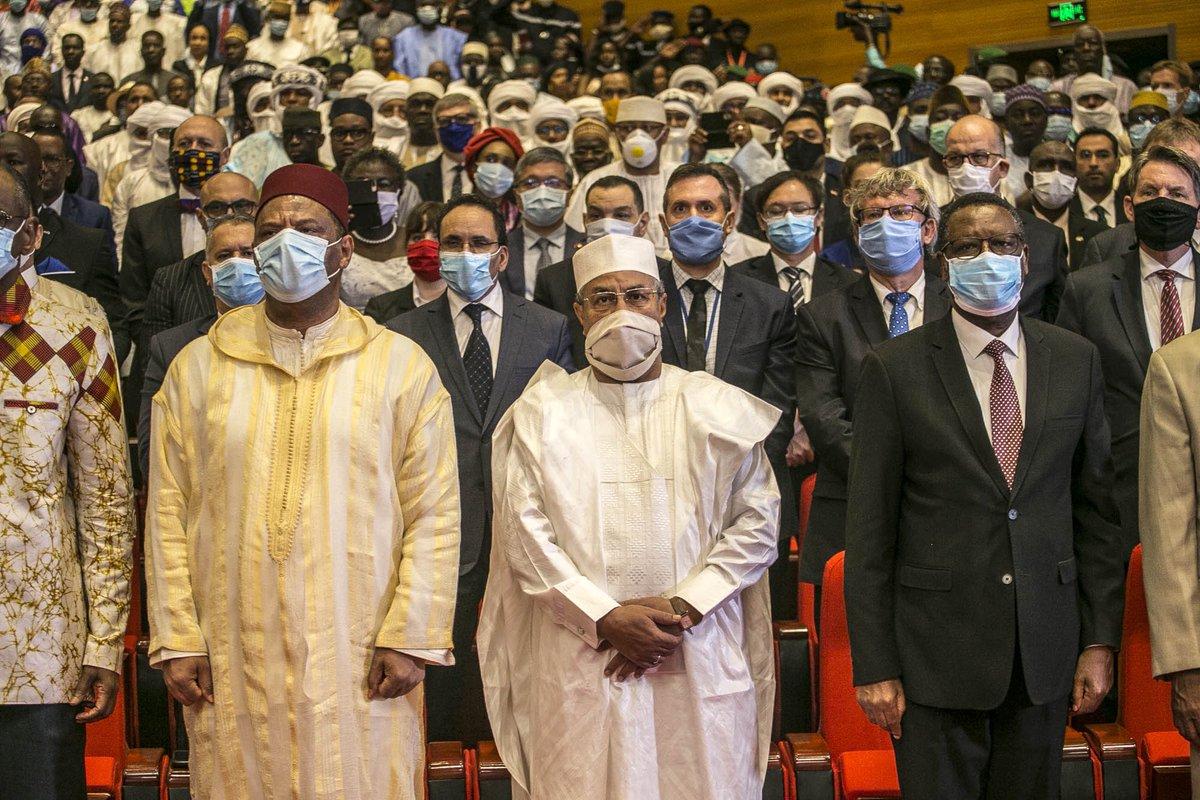 Le Président de la transition Bah N'DAW et le Vice-président, le Colonel Assimi GOITA ont prêté serment devant la Cour Suprême, en présence de nombreux invités dont les membres du Corps diplomatique accrédités au #Mali 🇲🇱, parmi lesquels le RSSG et Chef de la MINUSMA, M. ANNADIF. https://t.co/Xjf2spTEit